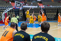 Die Spieler aus Neuendettelsau Bereich Wohnen (gelb) und vom TSV Hagen Unified (orange) beim Unified-Basketball in der großen Olympiahalle. Foto: SOD/Stefan Holtzem