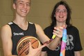 NBBL Spieler Louis Thieme bewundert die Bronze Medaille (World Games LA) von Julia Epple.(Foto:SO BW)